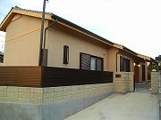 玄関から坪庭をのぞむ和風の家