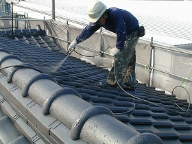 屋根瓦の上塗り