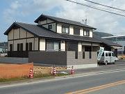 大きな屋根のある「和」の家