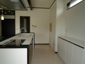 キッチンと背面の収納棚