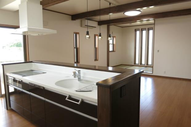キッチンから畳スペース(瀬高の家)