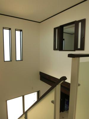吹抜けを介してLDKと2階居室をつなぐ窓