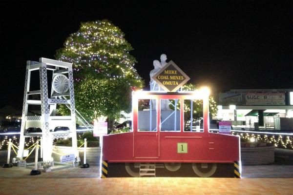 大牟田駅前の炭鉱電車と立坑櫓モニュメント