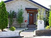 ブラウンのインテリアが心地よい、平屋の家