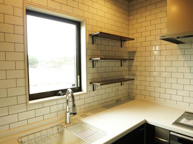 平屋の家 タイル貼りのキッチン