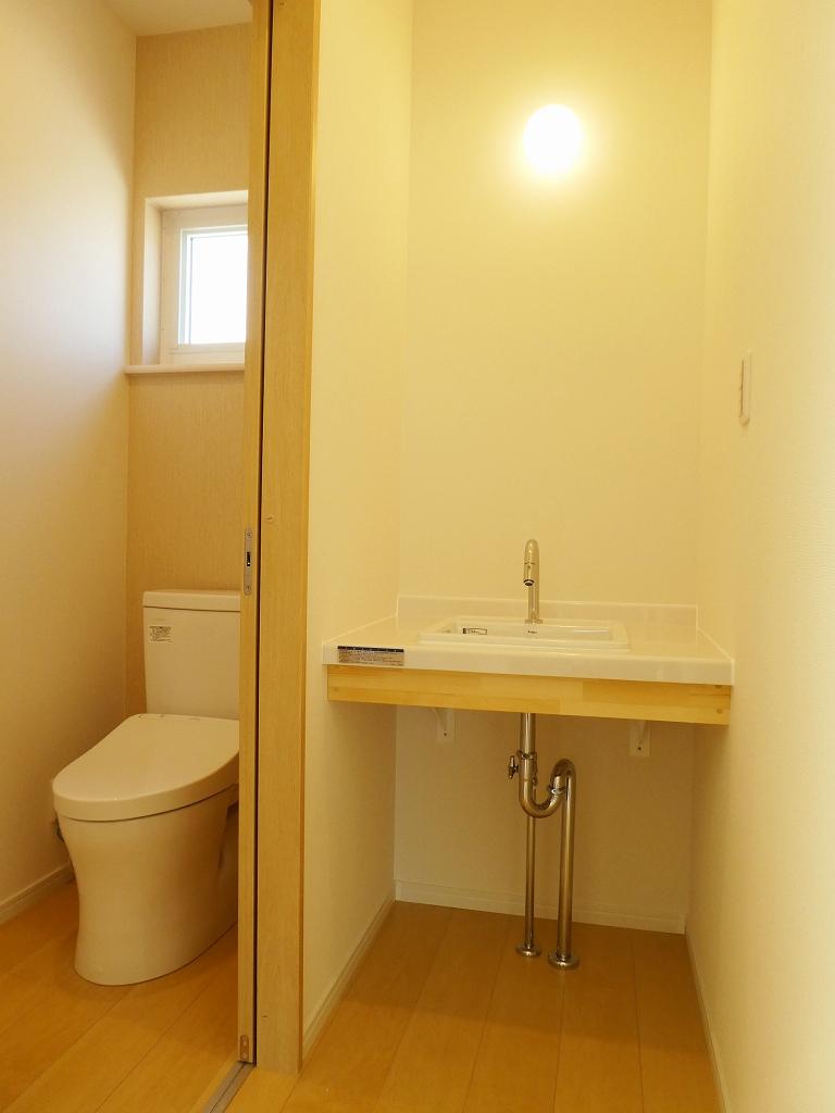 トイレと造作手洗い(ナチュラル・スタイルの家)